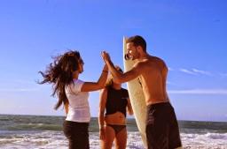 On va surfer tu viens ? Le surf et ta meuf